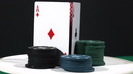 заподлицо : Poker spinning with gambling chips.show on table