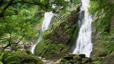 idílico : Beautiful waterfall in the national park forest at Khlong Lan Waterfall, Kamphaeng Phet Thailand