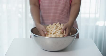 glicose : Women are mixing popcorn with their hands in the baking bowl, Slow Motion, 4K