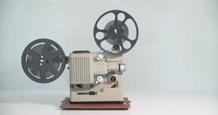 8 mm movie projector retro is playing. Vintage projector, 4K DCI Vídeos