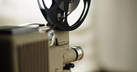 taŚma filmowa : 8 mm movie projector Retro is playing. Vintage projector, 4K DCI