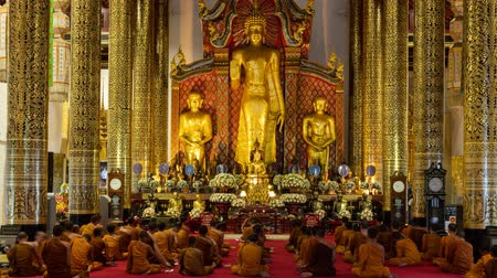 Time-lapse :Buddhist monks praying in the church in Thailand. 4K Vídeos