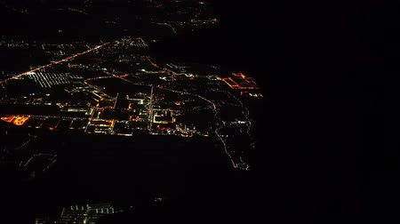 View of the airplane window over the city at night. Vídeos