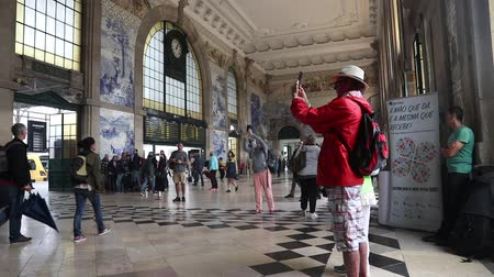 portugalsko : PORTO, PORTUGAL - MAY 24, 2018: People visit Sao Bento Station in Porto, Portugal. The railway station dates back to 1864 and is one of main train stations in Portugal. Dostupné videozáznamy