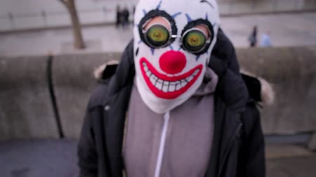 palhaço : Man with a clown mask and funny glasses in London close to Thames River