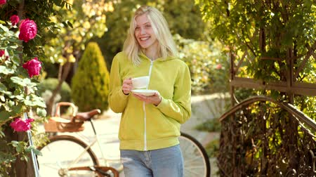 zmysłowy : Morning coffee and nice day. Autumn woman with spring mood. Warm sunny weather. Hot coffee concept. Happy young woman in park on sunny spring day. Wideo