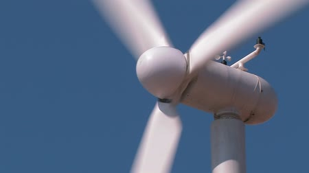 türbin : Wind turbine against clear blue sky. Close-up.