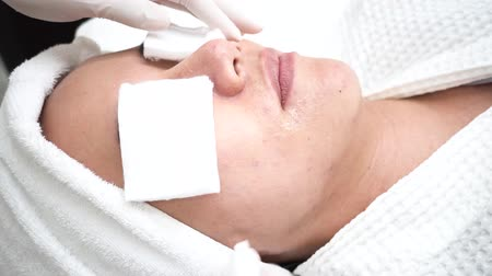 dermatologia : Young Asian woman getting skincare treatment by beautician at cosmetology beauty clinic, using a tool to blow skin