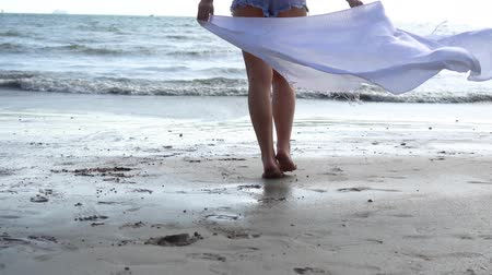 ślady stóp : Low angle view of young woman running towards the sea ocean with happy mood. Wideo