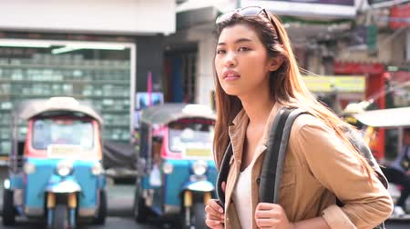 水平の : Young Asian female tourist woman with smile walking and backpacking on Khaosan road in Bangkok, Thailand. Travel and Backpack in Asia concept