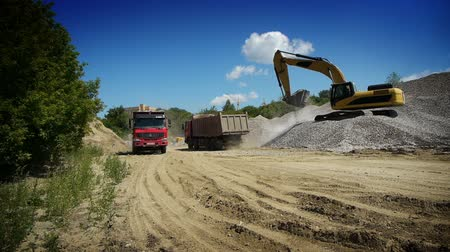 buldózer : Red truck arrived to load gravel Stock mozgókép