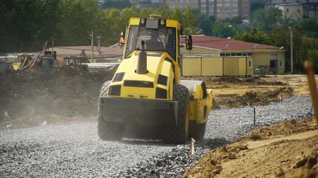 мощение : a road construction by a yellow road roller