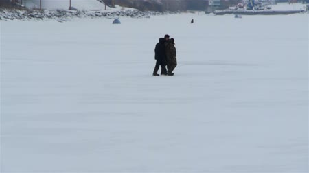 zmrazit : People on ice river