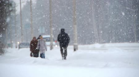 pogoda : Winter street with people Wideo