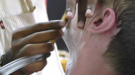 kadeřník : Barber shaving