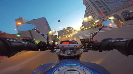 motocykl : Riding a motorcycle in a city