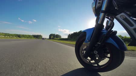motocykl : Riding a motorcycle view on front wheel