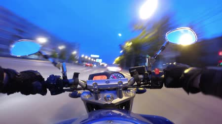 motocykl : Riding a motorcycle in a city timelapse