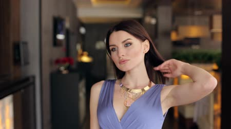 večer : Luxury model in an evening dress and make-up posing for the camera in an empty restaurant. Dostupné videozáznamy