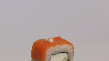 de baixa caloria : Philadelphia Japanese sushi isolated on white background close-up. Slow motion. Camera movement from top to bottom. Stock Footage