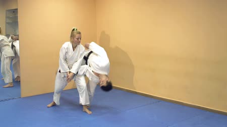 quimono : Man and woman demonstrate the technique Aikido school of martial arts, slow motion. Vídeos