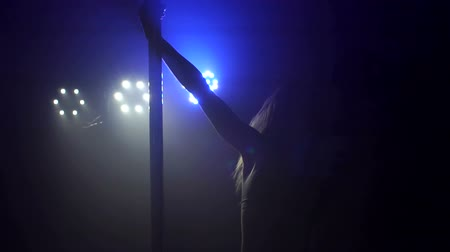 striptérka : Pole dance. Beautiful girl spinning around pylon, slow motion.