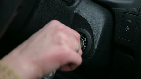buraco de fechadura : Close-up of the girl turns the ignition key in the car. Vídeos