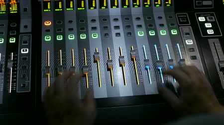 sintonizador : The director on light works behind the control panel. Close-up of a remote control light on a stage with lots of buttons and levers. Stock Footage