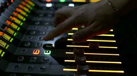 direto : Director on light works behind the control panel. Stock Footage