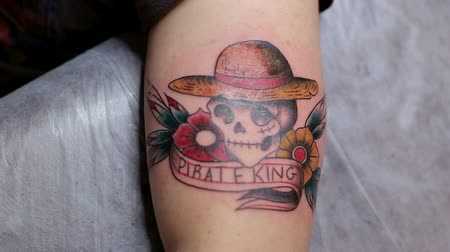 kár : Close-up of a tattoo with a skull on the hand of a man. Tattoo parlor. Tattoo.