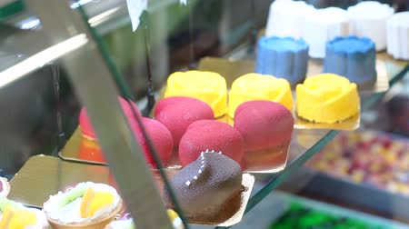 framboesas : Close-up of bright cakes, pastries and marshmallows on the counter in the store or supermarket. Confectionery shop.