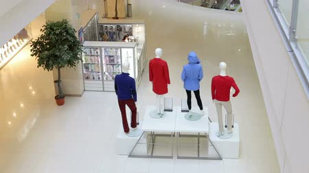 satmak : An empty teenage fashion store with four mannequin displaying the latest trend with jeans, hoodies and t-shirts. Fashion store interior and mannequins. Boutique display window with mannequins.