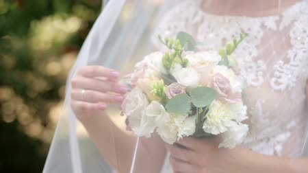 casar : Portrait of a happy bride with a bouquet of white and blue flowers in the Park, close-up.