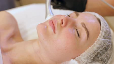 pomačkání : Cosmetology mesotherapy for facial rejuvenation. Mikronidling cosmetic procedure. Mesotherapy without needles procedure on female face in spa center.