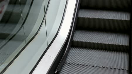 corrimão : Close-up of working escalator in the shopping center. Modern staircase in a large shopping center. Escalator in department store.