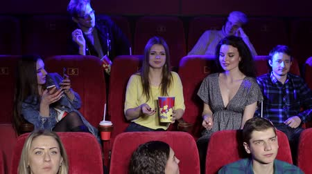 премьера : A group of cheerful girls fool around in the cinema, they throw popcorn and try to catch it with their mouth. A group of teenagers have fun and shoot themselves on the phone in the cinema.