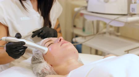 mezoterapia : Cosmetology mesotherapy for facial rejuvenation. Mikronidling cosmetic procedure. Mesotherapy without needles procedure on female face in spa center.