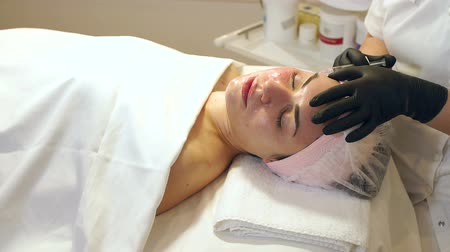 pomačkání : Woman face cosmetology treatment. Biorevitalization skin therapy. Injecting in medical salon. The procedure of biorevitalization in the area of eyes with a preparation with hyaluronic acid. Dostupné videozáznamy