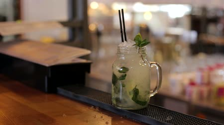 тростник : Close-up of the process of making a cocktail with lime, mint and ice, mix spoon cocktail. Close-up of expert bartender making Mojito cocktails with lime, mint and rum in bar.