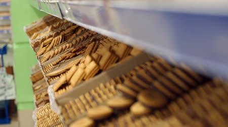 ships biscuit : Close-up of chocolate chip cookies on shelves in a supermarket. Lots of cookies and sweets at the grocery store. Stock Footage