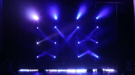 прожектор : Blue spotlight on an empty concert stage in the dark. Free stage with lights. Stage lights.