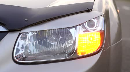pára choque : Close-up of the flashing yellow front light on the car. Headlight turns or emergency in the car flashing, close-up. Slow motion.