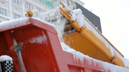 autocarrozzeria : Close-up process of working snow plow. Snow plow loads snow into the truck body. City workers clearing snow from the roads after heavy winter snowfalls. Filmati Stock