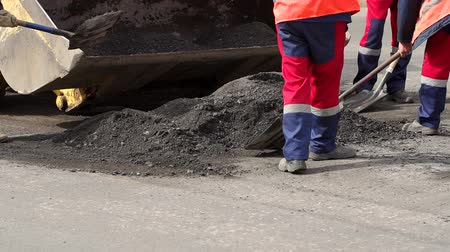 yama işi : Workers remove shovels old cut asphalt from the road for laying new asphalt. Preparation of the road for laying new asphalt.