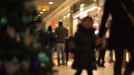 покупка товаров : People walking trough shopping mall during Christmas time.