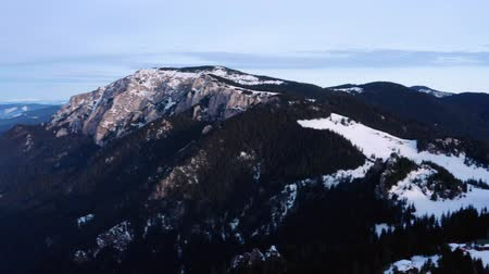 romeno : Impressive Aerial Drone Shot Of The Romanian Mountain Ranges