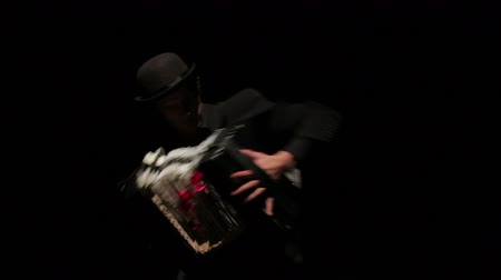 palyaço : Mime game depicts the accordion. Black background