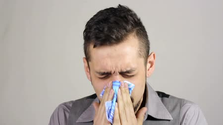 zsebkendő : Sick bearded man blowing nose into tissue