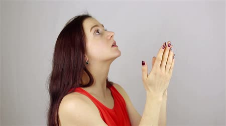 угождать : A young beautiful woman prays, asking God for help. Стоковые видеозаписи