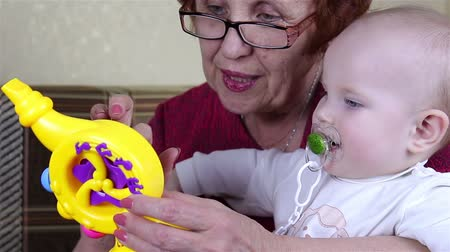 невинный : Grandmother and baby girl playing